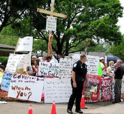 Protesters outside Terri Schiavo's hospice, March 27, 2005 (Credit: Dbenbenn)